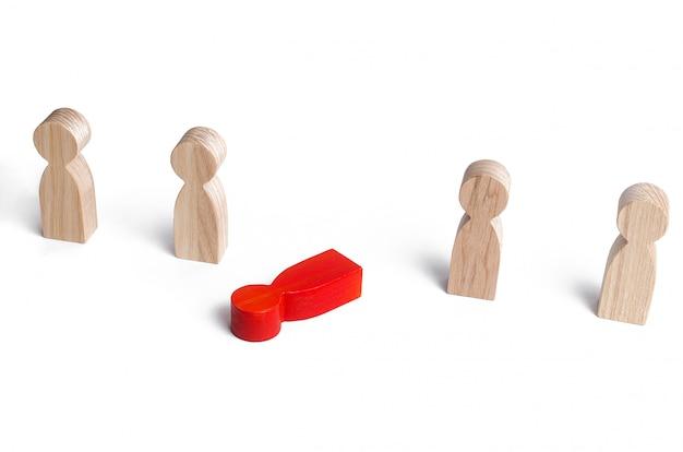 A figura vermelha de um homem cai fora da linha das pessoas. exaustão moral e física, elo fraco
