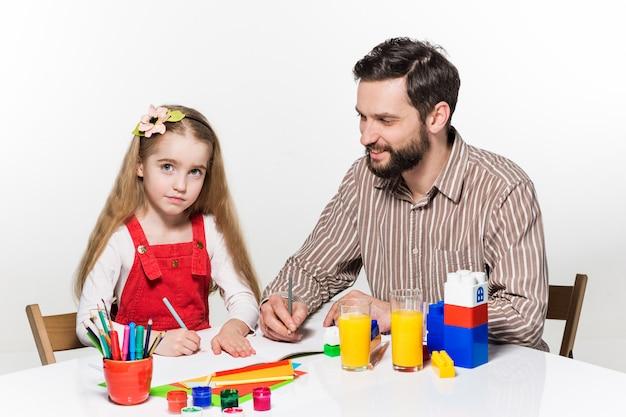 A filha e o pai desenhando juntos
