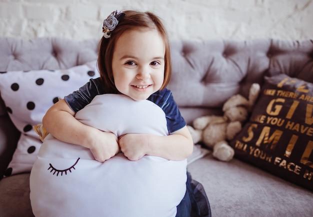 A filha sorridente sentada no sofá