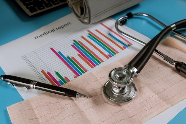 A fita com o eletrocardiograma no estetoscópio e diagrama analítico