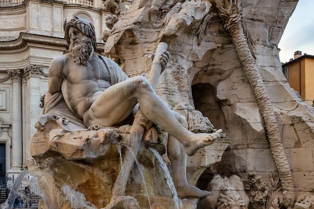 A fonte dos quatro rios de bernini na piazza navona, roma, itália