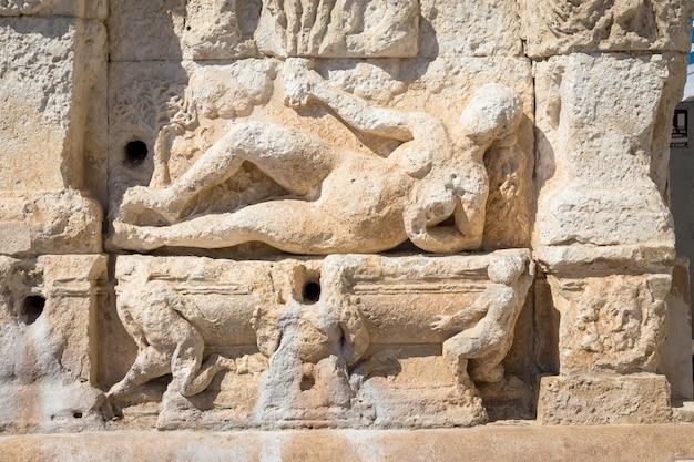 A fonte grega está localizada em gallipoli, perto da ponte que liga a cidade nova à cidade velha. esta fonte é a mais antiga da itália e diz-se que foi construída por volta do século iii ac.