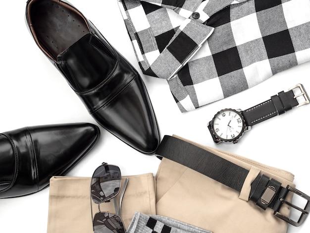 A forma criativa para a roupa ocasional dos homens ajustou-se no branco. vista do topo