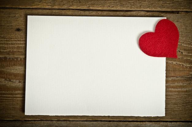 A forma de um cartão em placas de madeira. no canto superior direito do formulário para ser sentido feito à mão