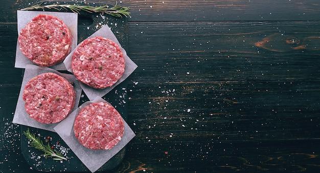 A formação de carne moída para grelhar hambúrguer