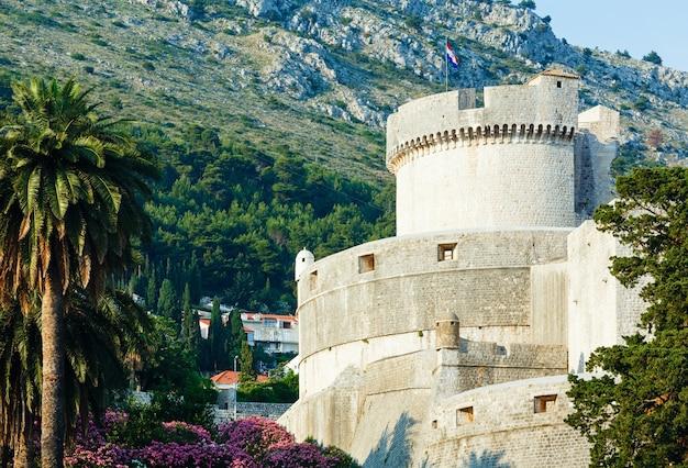 A fortaleza da cidade velha de dubrovnik e a torre minceta com a bandeira nacional croata.