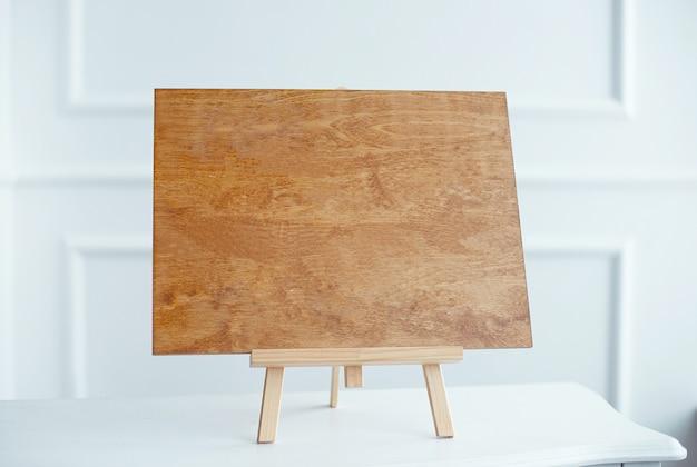 A foto de close-up da placa de madeira com os sinais de amor para o casamento em pé