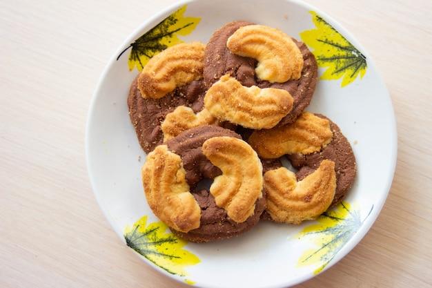 A foto de uma pilha de biscoitos de chocolate e biscoitos no prato