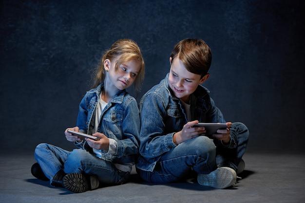 A foto do estúdio de crianças com telefones celulares