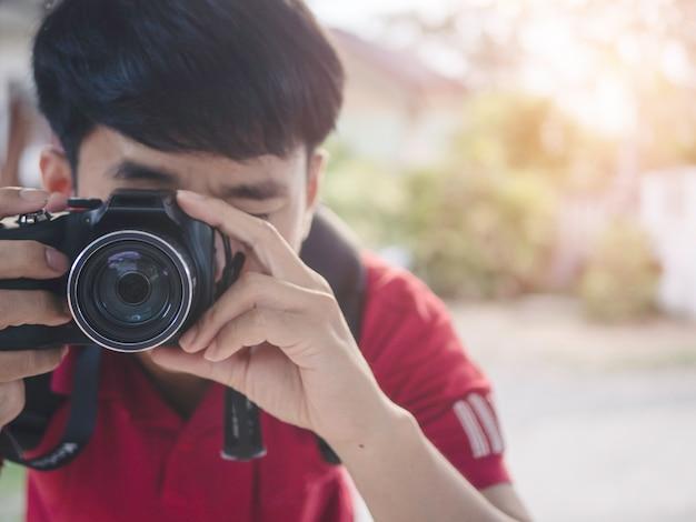 A fotografia do homem durante a foto tomada