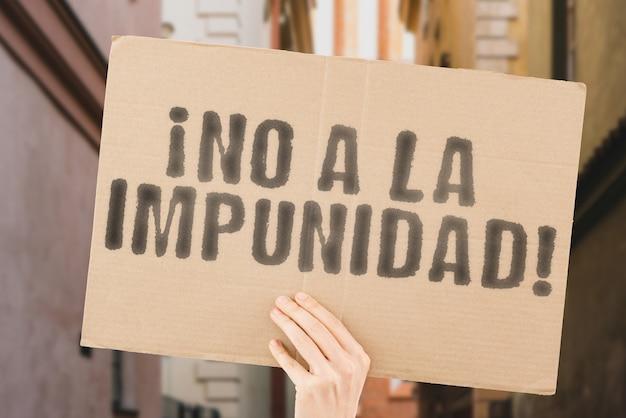 A frase no a la impunidad em um banner na mão dos homens issue pressure struggle fighting