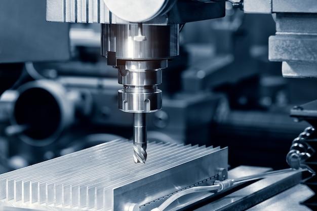 A fresadora cnc de alta precisão com amostra de corte em tom azul-prata. a técnica de micro corte na peça de precisão.