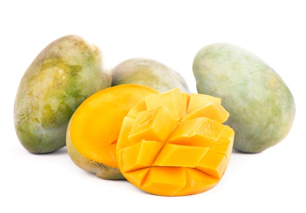 A fruta da manga isolada no fundo branco.