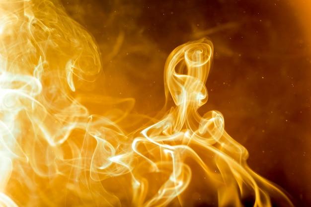 A fumaça estava queimando. calor dourado abstrato.