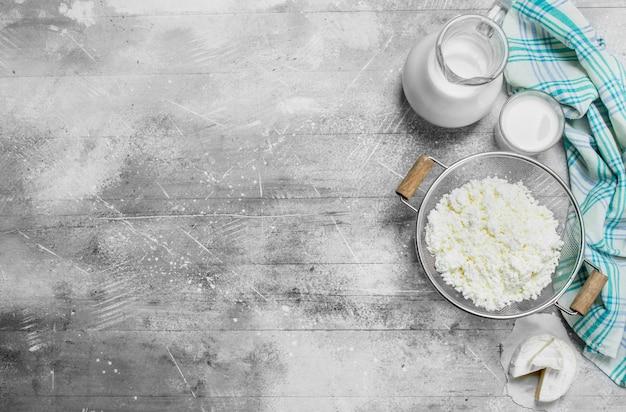 A gama de diferentes tipos de produtos lácteos. sobre uma mesa rústica.