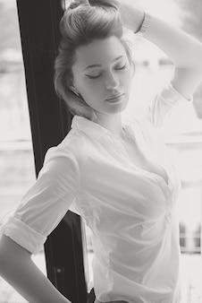 A garota bonita a loira em roupas clássicas. a menina em um estilo de moda