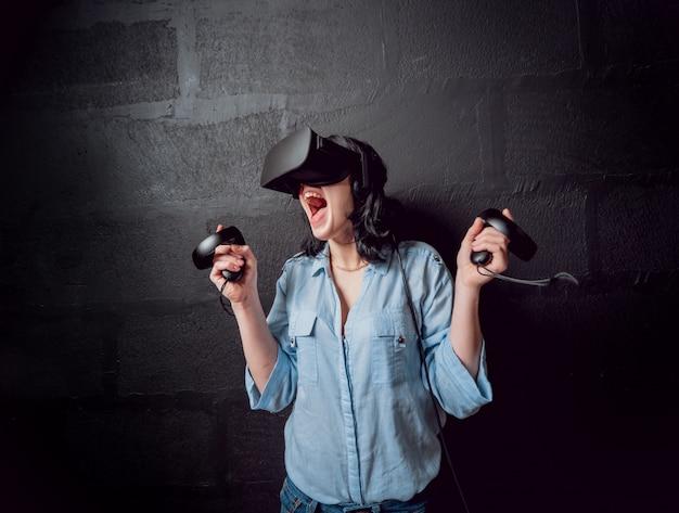 A garota bonita usando óculos de realidade virtual
