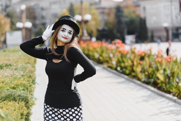 A garota com maquiagem de mímica.