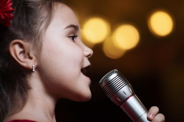 A garota com o microfone.