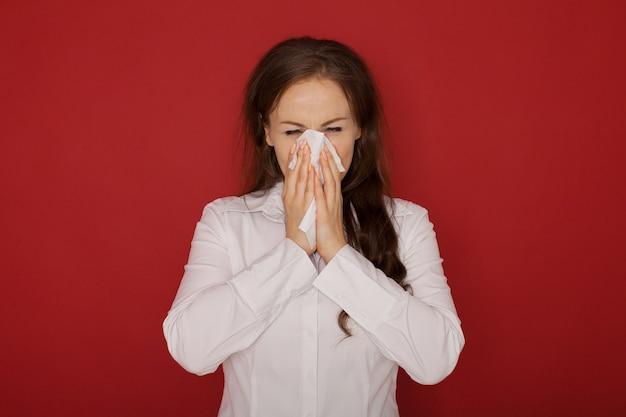 A garota com o nariz escorrendo, isolado no vermelho