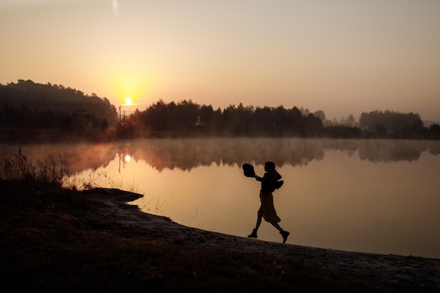 A garota corre ao longo da praia de manhã
