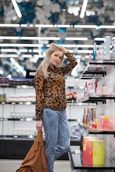 A garota da loja de perfumes, escolhe um perfume.