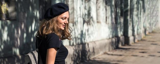 A garota de boina e saia no parque. retrato de linda garota em estilo francês