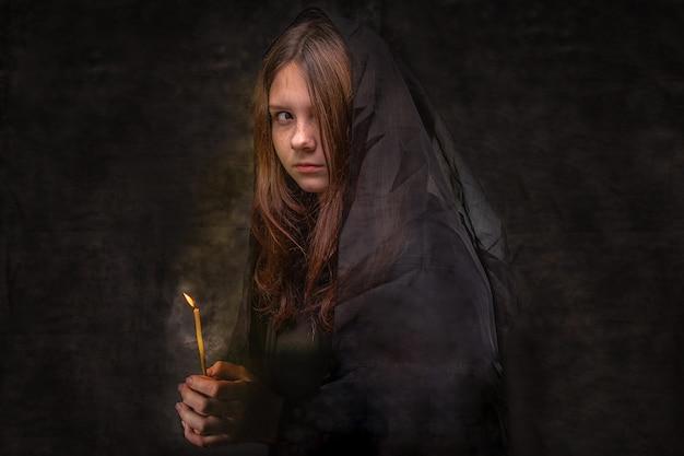 A garota de preto olha em volta, assustada, triste