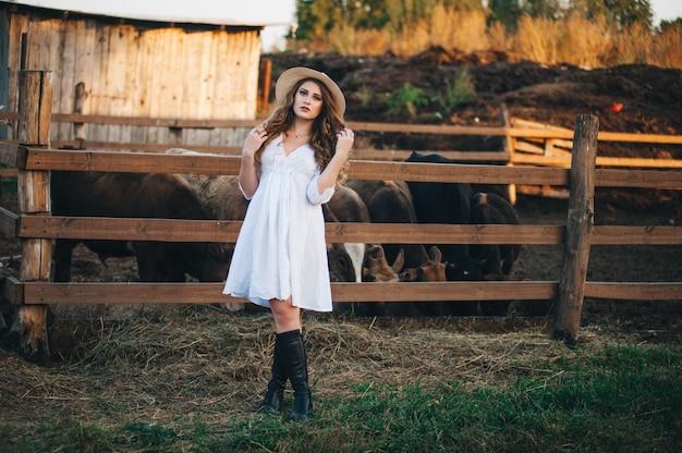 A garota do vestido branco na fazenda.