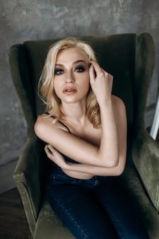 A garota elegante se senta na cadeira