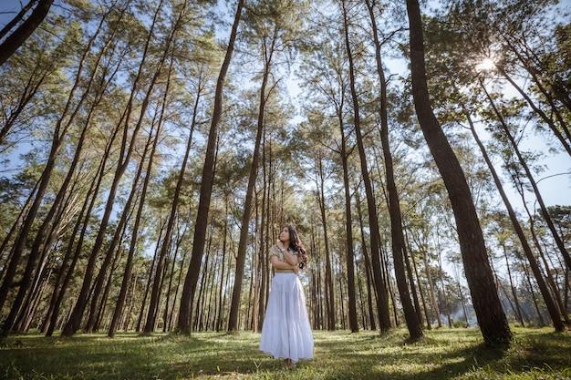 A garota em pé solitária no parque