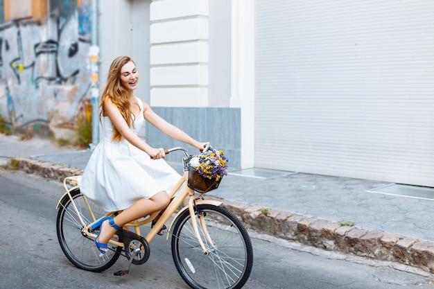 A garota está andando de bicicleta pela rua