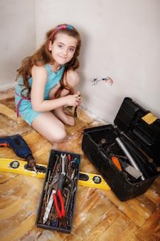 A garota está fazendo reparos no apartamento.