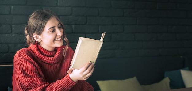 A garota está lendo um livro em um café