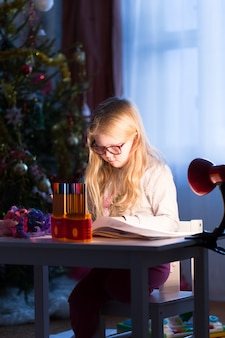 A garota faz lição de casa na mesa