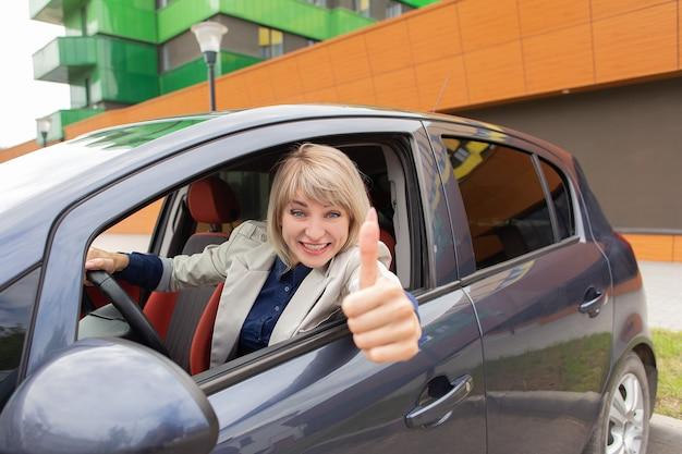 A garota feliz passou no exame de direção de automóveis