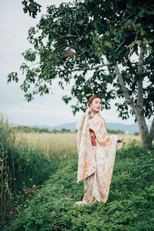 A garota fofa com yukata japonês