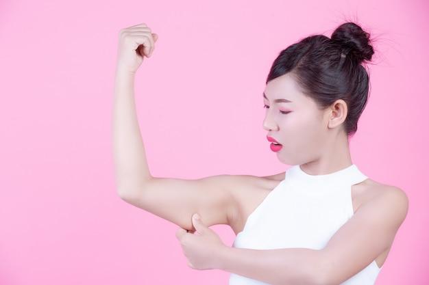 A garota levantou o braço.