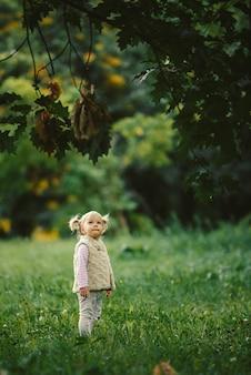 A garota loira na floresta com lágrimas nos olhos