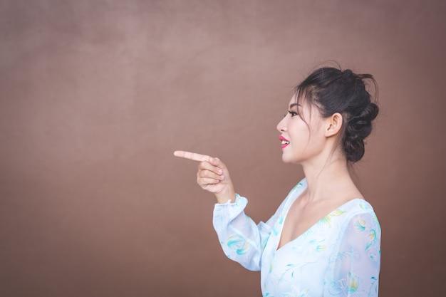 A garota mostra gestos de mão e emoções faciais.