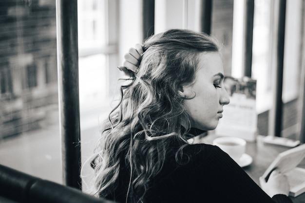 A garota no café, um estudante ou um gerente, reunindo-se com amigos em cafés, café e coffee break