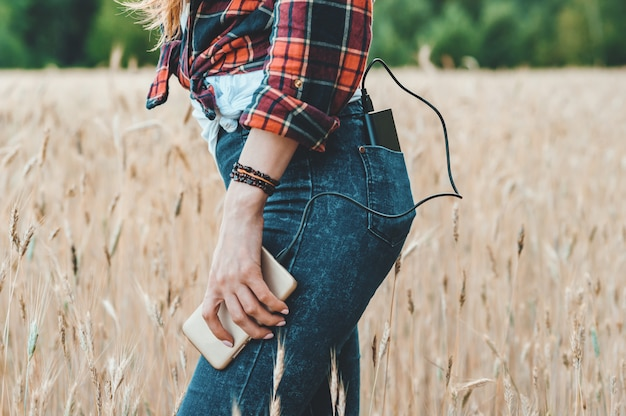 A garota no campo amarelo, cobra o telefone do banco de potência.