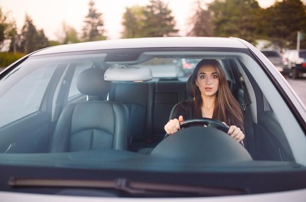 A garota no carro está em um engarrafamento.