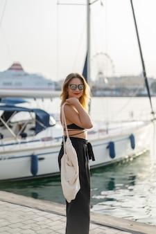 A garota no porto. iates privados no porto