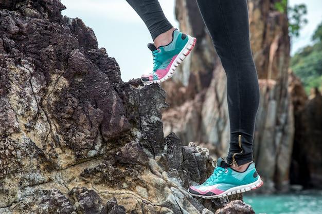 A garota no sportswear nas rochas