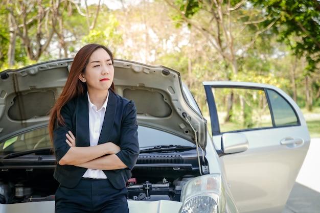 A garota perdeu o carro, esperando por ajuda. ela estava estressada sobre como viajar.