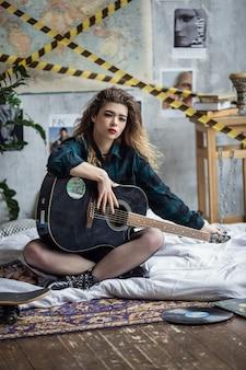 A garota posando em uma foto de estúdio grunge, em roupa íntima, a mulher bonita e sexy