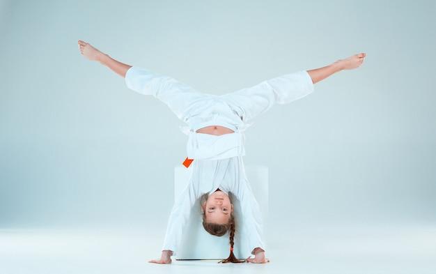 A garota posando no treinamento de aikido na escola de artes marciais. estilo de vida saudável e conceito de esportes
