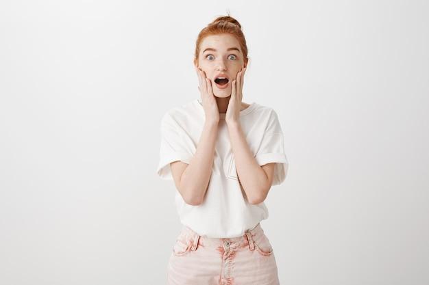 A garota ruiva surpresa fica surpresa, dizendo uau