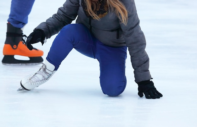 A garota sobe após cair de patins